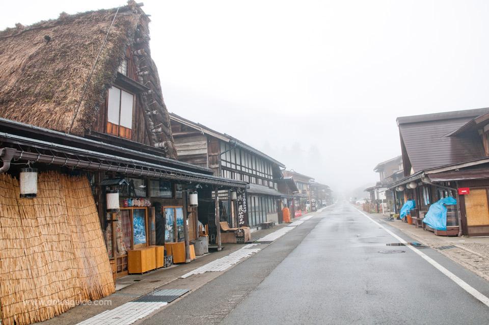 ถึงจะเรียกว่าเป็นหมู่บ้านชาวนา แต่ก็มีถนนและร้านรวงขายของที่ระลึก อาหาร และขนม มีแม้กระทั่งร้านซอฟต์ไอศครีม!