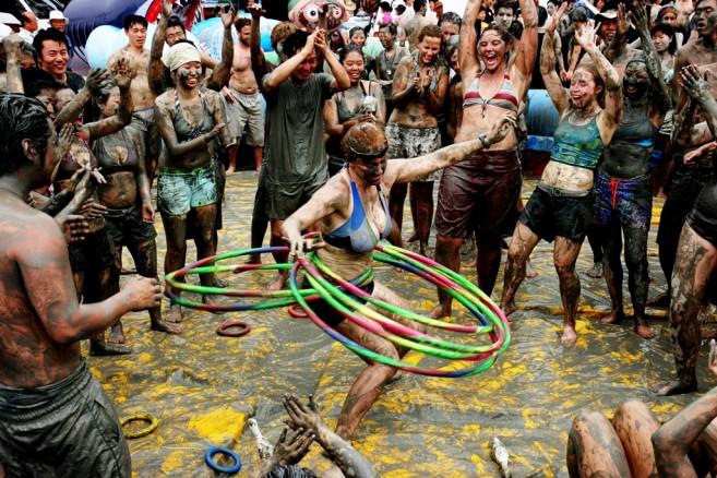 ถึงหน้านี้ เกาหลีก็มีเทศกาลเล่นโคลนกันให้หายร้อน!