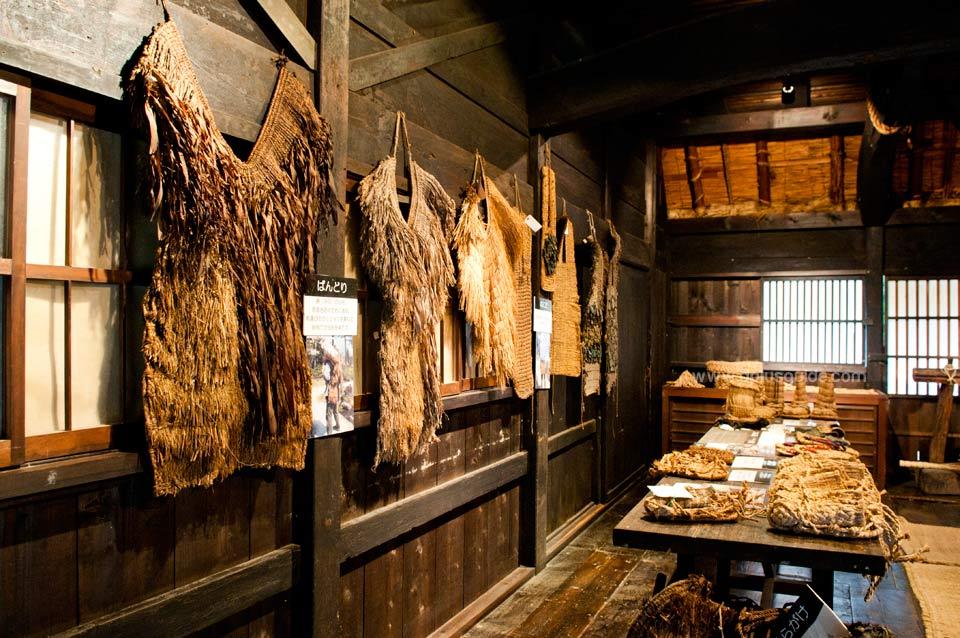 ด้านในพิพิธภัณฑ์บ้านชาวนา มีจัดแสดงข้าวของเครื่องใช้แบบดั้งเดิมของชาวนาญี่ปุ่นค่ะ