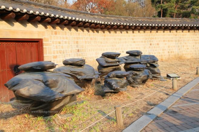 งานศิลปะรูปปั้นสามมิติรูปคน จางดอกแด (Jangdockdae) ริมถนนชอนดองกิล ย่านพระราชวังถ็อกซู