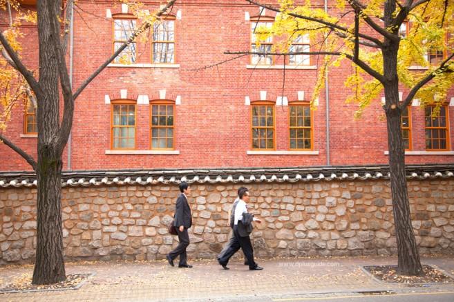 ทางเดินกำแพงหินแสนโรแมนติก ชองดงกิล ย่านพระราชวังถ็อกซู
