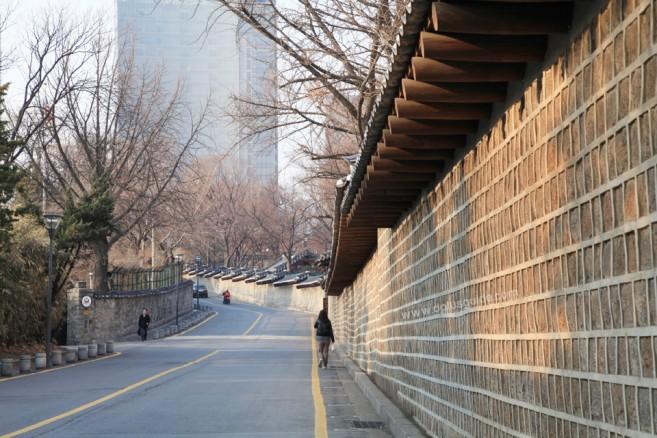 ทางเดินโค้งกับกำแพงหินสีสวยงามสุดโรแมนติกทอดจากราชวังถ็อกซูไปสิ้นสุดที่บริเวณวงเวียน จากนั้นก็จะเข้าสู่ถนนชองดงกิล