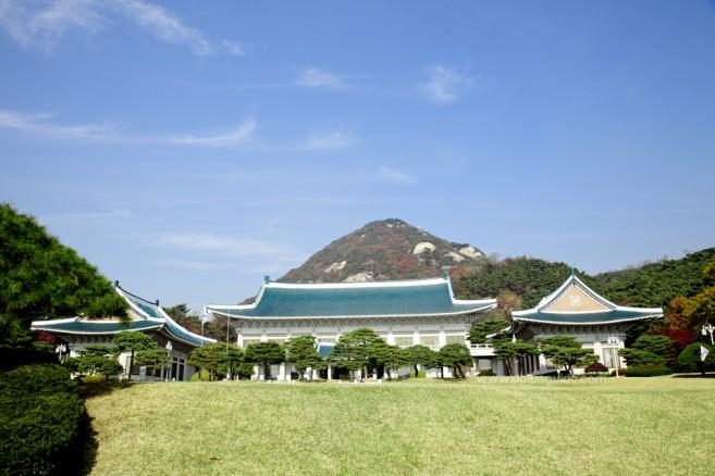 """บลูเฮาส์นี้ มีชื่อภาษาเกาหลีว่า ชอง วา แด (청와대: Cheong Wa Dae) ซึ่งแปลว่า """"เรือนสีฟ้า"""" โดยที่นี่เป็นสถานที่ทำงานของประธานธิบดีของเกาหลีใต้"""