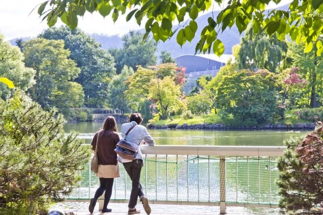 สวน Nakajima Koen บรรยากาศร่มรื่น มีสระน้ำกว้างใหญ่ และอาคารที่น่าสนใจอีกมากมาย จึงทำให้ผู้คนนิยมมาพักผ่อนหย่อนใจ
