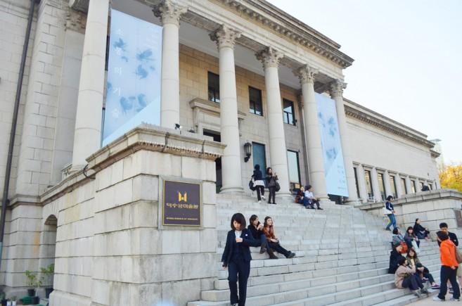 """พิพิธภัณฑ์ศิลปะแห่งชาติถ็อกซูกุงเป็นสถาปัตยกรรมแบบยุโรปแห่งเดียวที่อยู่ภายในพระราชวัง มีชื่ออาคารว่า """"ชกโจจอน"""" (Seokjojeon Hall) ส่วนที่เป็นพิพิธภัณฑ์จะอยู่ปีกตะวันตก ด้านหน้ามีลานนํ้าพุแบบยุโรป ส่วนด้านในใช้จัดนิทรรศการหมุนเวียน ซึ่งหากจะเข้าชมต้องจ่ายทั้งค่าเข้าวังและค่าชม (ราคาขึ้นอยู่กับนิทรรศการที่มาจัด)"""