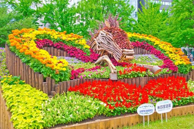 สวนดอกไม้ใน Odori Park จัดตกแต่งไว้อย่างสวยสดงดงาม รอให้นักท่องเที่ยวไปแชะรูปกัน