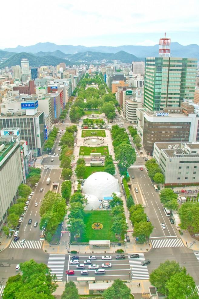 สวนโอโดริกลางเมืองซัปโปโรจากมุมมองบน Sapporo TV Tower สามารถเห็นสวนยาวๆ ได้ทั้งหมด