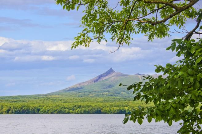 สวน Onuma เด่นที่จุดชมวิวริมทะเลสาบ มองไปเห็นภูเขาไฟ Komagatake