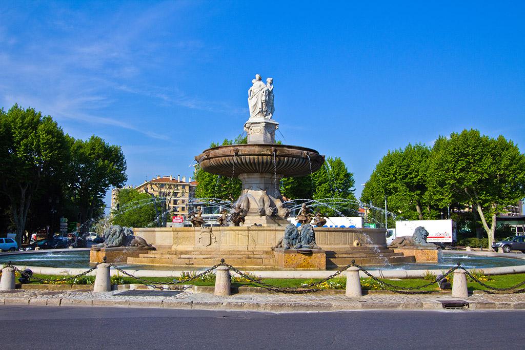 Fontaine de la Rotonde หรือน้ำพุใหญ่อันเป็นสัญลักษณ์เด่นตั้งอยู่ใจกลางเมือง