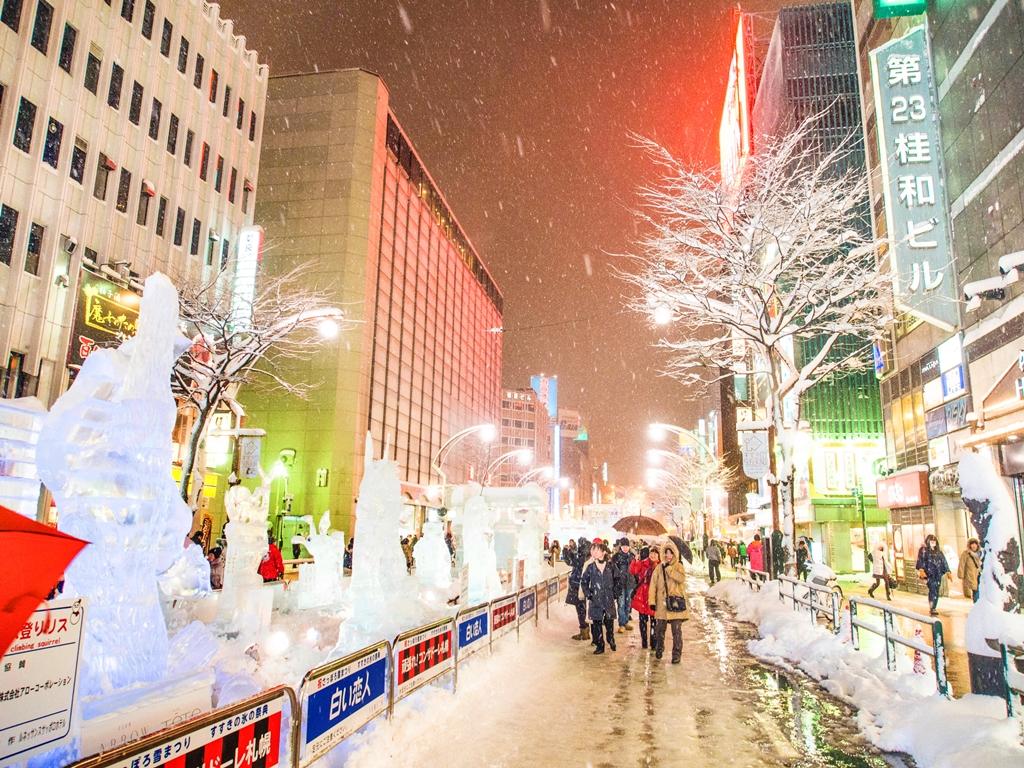 เทศกาลน้ำแข็ง เมืองซูซูกิโนะ ส่วนหนึ่งของงานเทศกาลหิมะเมืองซัปโปโร จัดขึ้นทุกเดือนกุมภาพันธ์ เนรมิตรเมืองให้กลายเป็นทางเดินน้ำแข็งสวยงามตระการตา