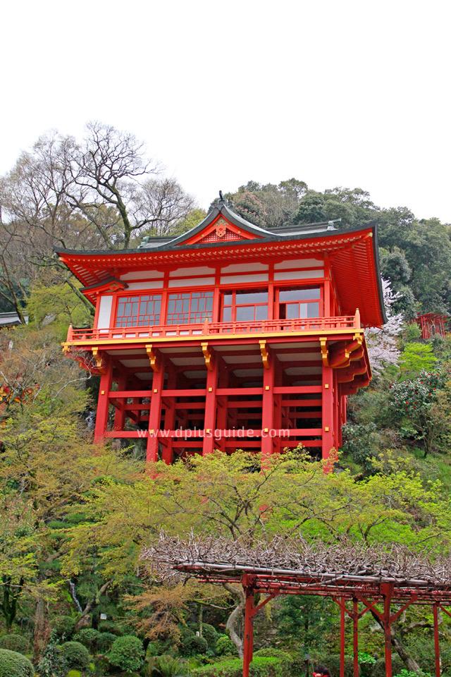 ศาลเจ้ายูโทกุ อินะริ (Yutoku Inari) ดีแดงตัดกับแมกไม้สีเขียวบนเขา
