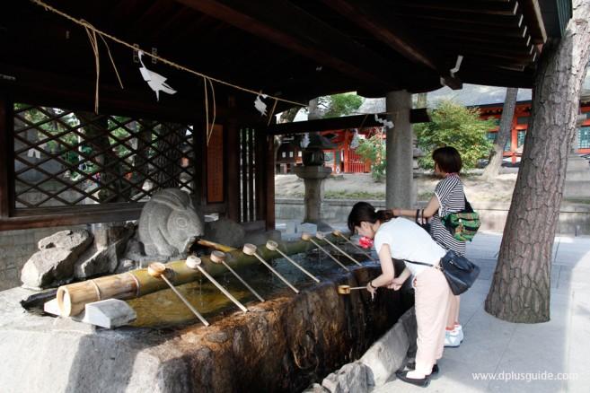 ในศาลเจ้าญี่ปุ่น จะมีซุ้มหรือศาลาบ่อน้ำ (Temizuya) สำหรับชำระล้างร่างกายและยังแฝงนัยยะชำระล้างจิตใจให้บริสุทธิ์
