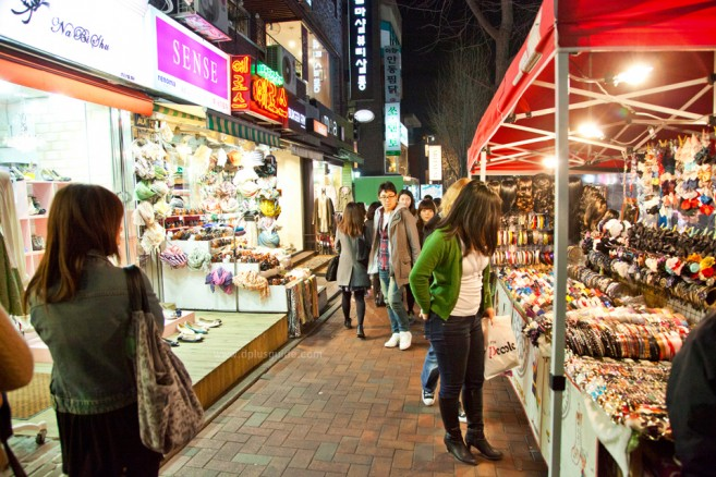 Ewha Shopping Street ถนนฮีวา แหล่งช้อปปิ้งสินค้าวัยรุ่นราคาถูกที่โซล
