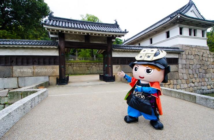 ปราสาทมารุงะเมะ (Marugame Castle) จ.คากาวา (Kagawa) กับน้องซามูไรน้อย มาสคอตของปราสาทค่ะ