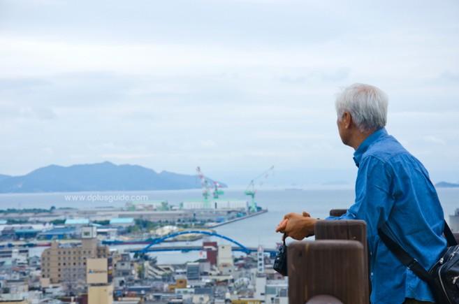 วิวจากจุดชมวิวรอบๆ ปราสาทปราสาทมารุงะเมะ (Marugame Castle) มองเห็นเมืองด้วยละเออ