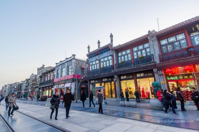 อาคารบริเวณถนนคนเดินเฉียนเหมิน ตกแต่งเป็นร้านค้าร่วมสมัย สวยงามมากมาย