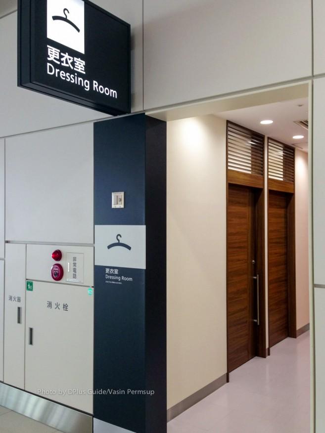 ฝั่งผู้โดยสารขาเข้า ชั้น 3 ของสนามบิน New Chitose พอรับกระเป๋าออกมากจะมีห้องให้เปลี่ยนเครื่องแต่งตัวโดยเฉพาะ แยกชาย - หญิง อำนวยความสะดวกสำหรับเตรียมใส่ชุดกันหนาวก่อนออกจากสนามบิน