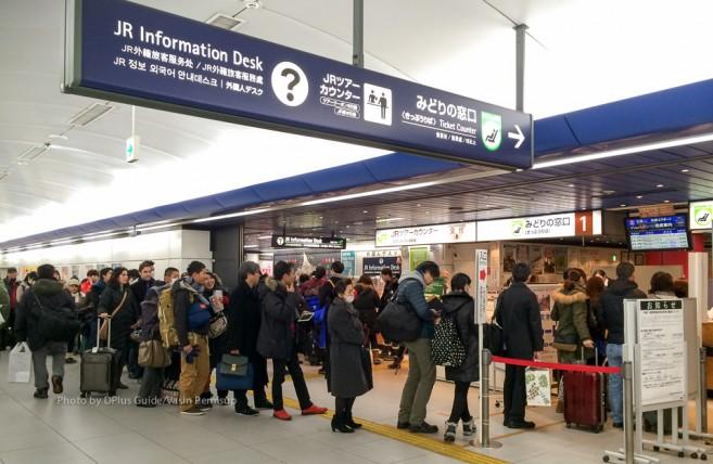 เคาน์เตอร์ที่ให้เอา voucher ไปแลกตั๋ว Hokkaido Rail Pass ได้อยู่ด้านในสุดทางซ้าย