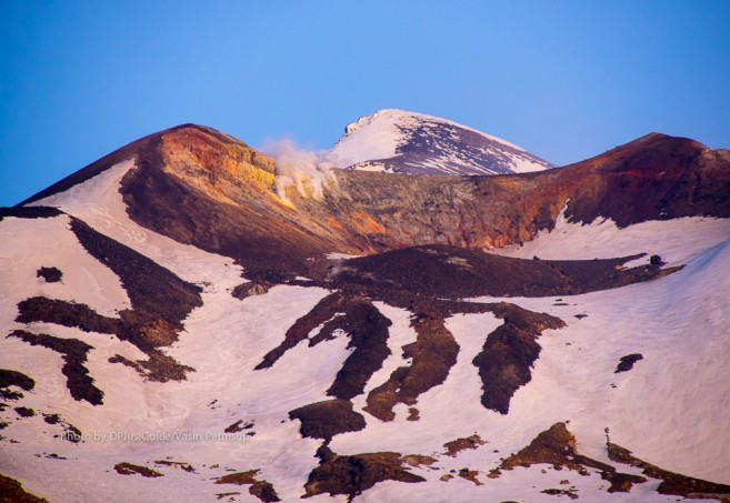 ยอดเขา Takachidake ยังมีหิมะปกคลุม แต่ก็มีควันพวยพุ่งออกมาจากภูเขาไฟที่ยังไม่ดับสนิท