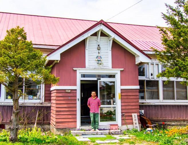 คุณ Ikuya Mitsui ที่หน้าอาคารพิพิธภัณฑ์