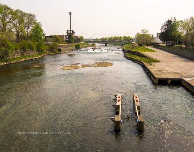 แท่นติดตั้ง Fish Wheel กลางแม่น้ำชิโตเสะ หลังอควาเรียม