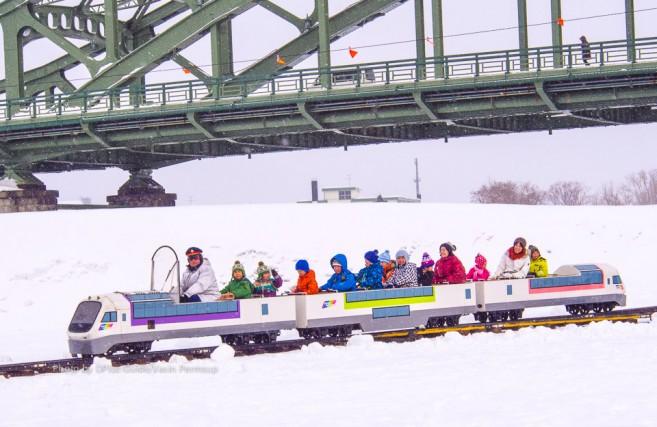 รถไฟเล็กก็มีให้เล่น (ข้างหลังคือสะพาน Asahimaya bridge)