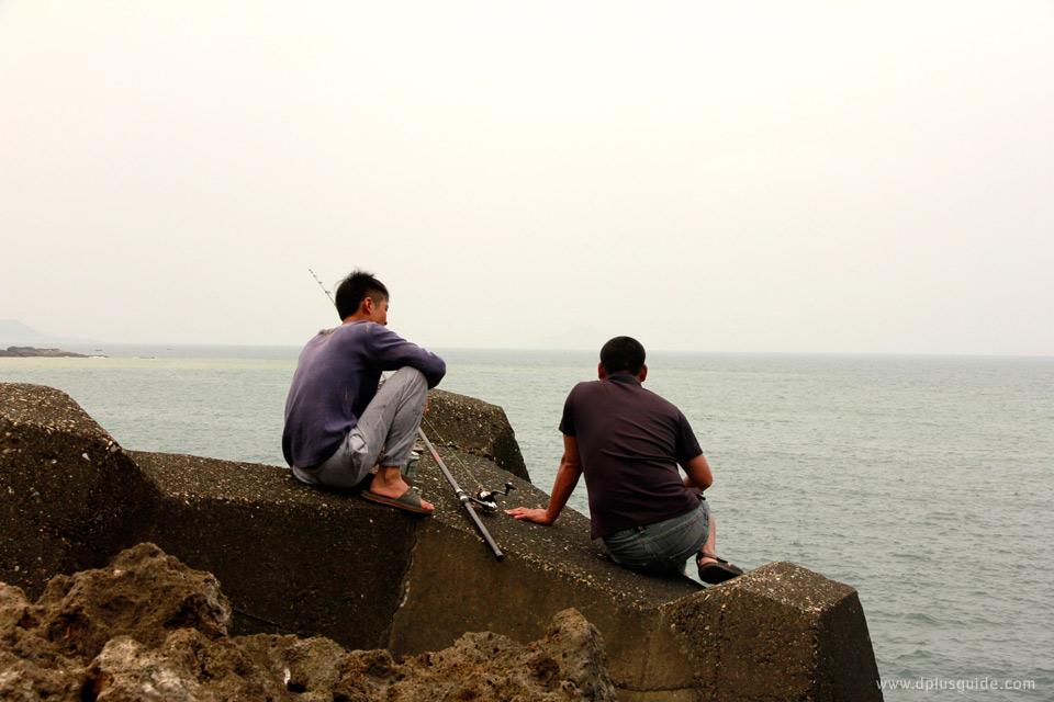 พี่ชายตกปลาที่ริมทะเลหยินหยาง ไต้หวัน