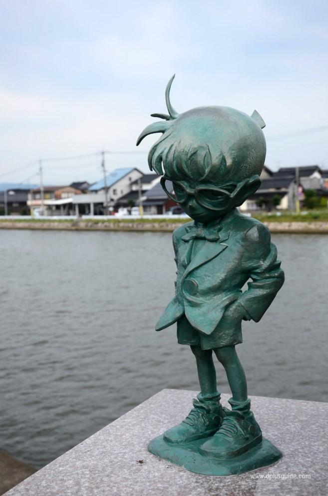 เที่ยวญี่ปุ่น ตามรอยนักสืบจิ๋วโคนัน ระหว่างทางไปพิพิธภัณฑ์ Gosho Aoyama Manga Factory ก็จะมีรูปปั้นตัวละครจากเรื่องยอดนักสืบจิ่วโคนันมากมาย