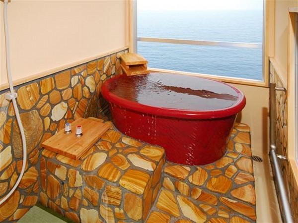 PIC 2 Bathtub insdie the room (henkougazou)