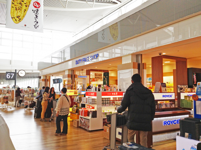 Duty Free Shop ด้านในสนามบินหลังเช็กอิน (check-in) ก็มีขายช็อกโกแลต ROYCE' เช่นกันค่ะ