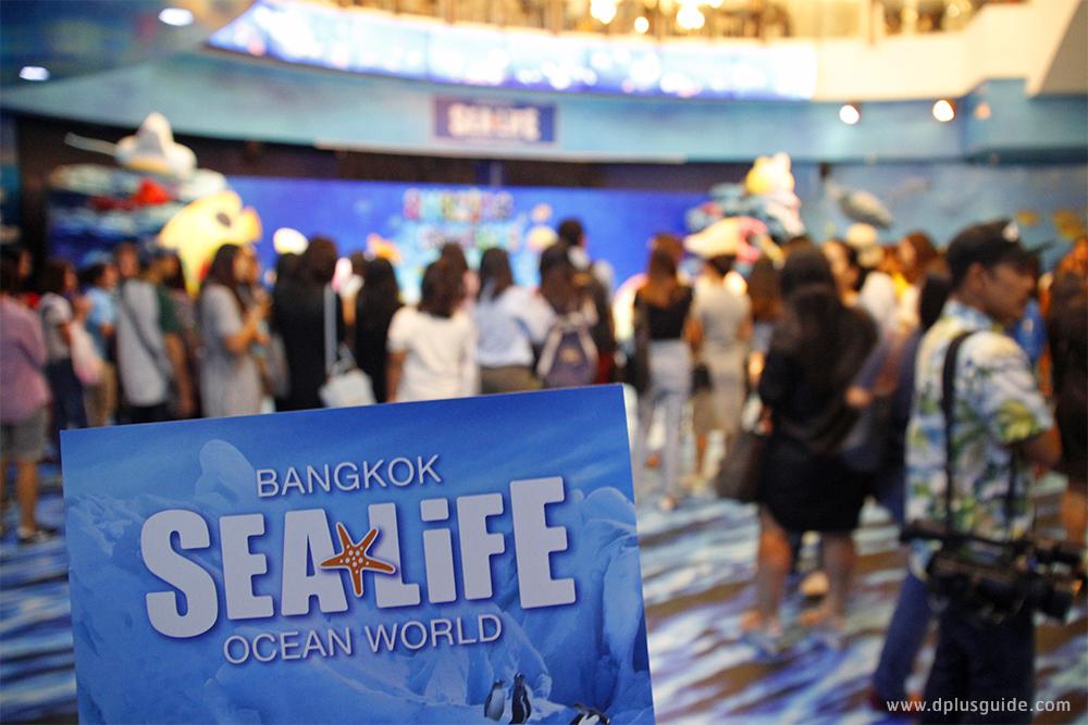 """เวทีแถลงข่าวการจัดกิจกรรม """"Amazing Creations มหัศจรรย์วาดฝันใต้ทะเลลึกเหนือจินตนาการ"""" ด้านหน้าอควาเรียม SEA LIFE Bangkok Ocean World"""