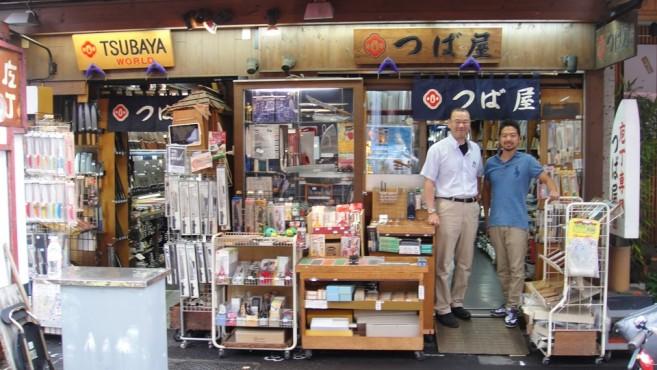 คุณไซโต้ (ขวา) ผู้สืบทอดกิจการร้านขายมีด ซึบะยะ (TSUBAYA) นี้เป็นรุ่นที่ 3