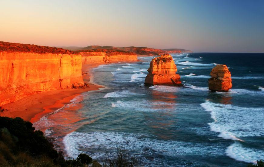"""เที่ยวออสเตรเลีย เสาหิน 2 ต้นจาก 8 ต้นที่เหลืออยู๋ของ """"12 Apostles"""" (เดิมทีมีเสาหินแค่ 9 ต้น ไม่ใช่ 12 ต้นตามในชื่อ)"""