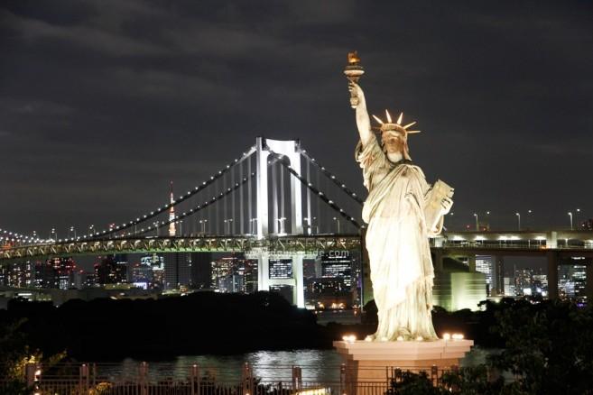เที่ยวโตเกียว เทพีเสรีภาพที่ด้านหลังมีวิวสะพานสายรุ้ง เวอร์ชั่นกลางคืน แลนด์มาร์กเกร๋ๆ ของการเที่ยวโอไดบะ