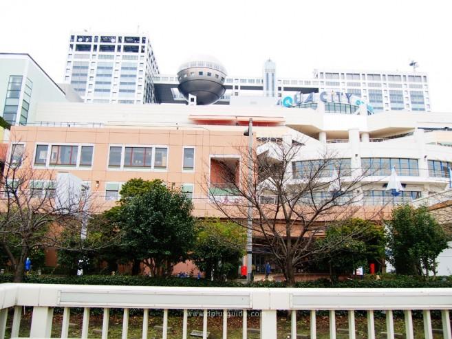 จากท่าเรือ Odaiba Sea Side Park จะเห็นแหล่งท่องเที่ยวโอไดบะมากมาย