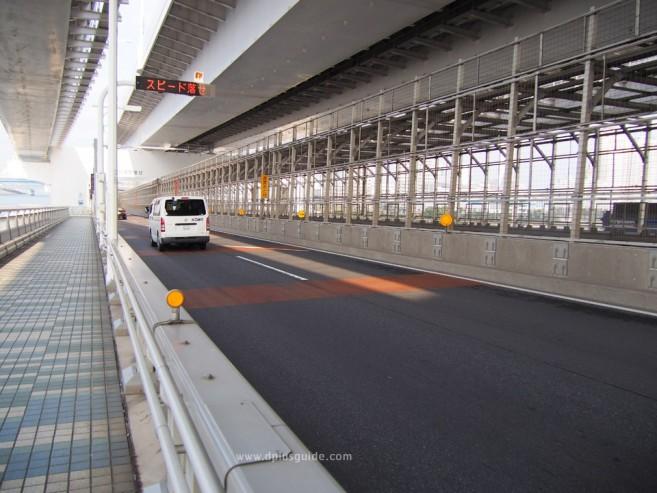 เที่ยวโตเกียว ภาพบรรยากาศการเดินข้ามสะพานสายรุ้งที่โอไดบะ