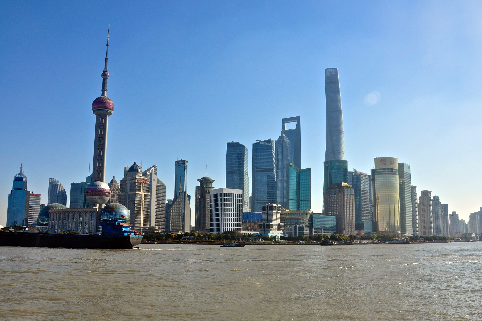 จุดชมวิว ย่านผู่ตง เซี่ยงไฮ้ ขอบฟ้าใหม่ของเซี่ยงไฮ้ 2016 จากหอไข่มุกซ้ายสุด ไปถึง 3 ตึกขวาสุดคือ ตึกจินเม่าทาวเวอร์ (Jinmao Tower หรือ Jinmao88)ตึกที่เปิดขวด (Shanghai World Financial Center เรียกย่อๆ ว่า SWFC) และเซี่ยงไฮ้ทาวเวอร์  (Shanghai Tower)