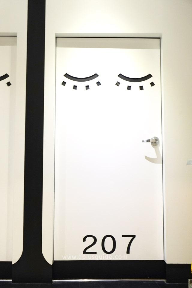 ห้องพัก โรงแรมแคปซูล sleeep box by MIRACLE มีแบ่งเป็นห้อง เป็นสัดเป็นส่วนแยกกับแขกท่านอื่น ประตูห้องล็อกได้