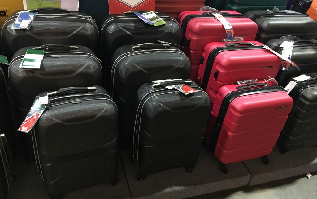 กระเป๋าเดินทางที่ขายกันทั่วไปในปัจจุบัน ถ้าเป็นแบบแข็งมักจะทำจาก ABS หรือไม่ก็ Polycarbonate