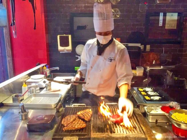 หน้าร้าน Beef Impact มีโชว์กรรมวิธีการย่างสเต๊กเนื้อฮอกไกโดวากิวด้วยเตาถ่านให้ดูด้วยค่ะ