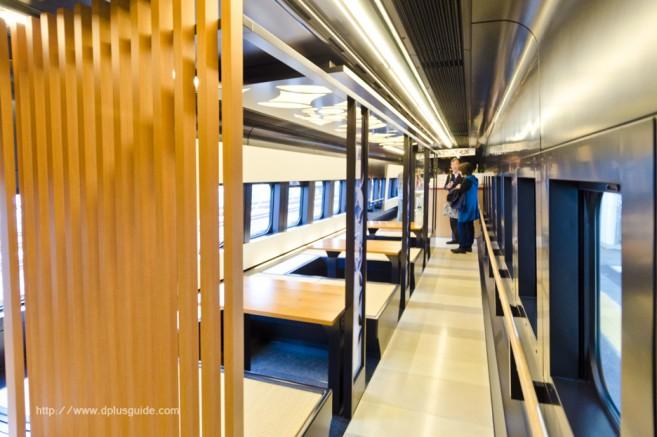 บรรยากาศรถไฟออนเซนเคลื่อนที่ ขบวน Torei-yu Tsubasa ตู้ที่ 5 มีขายตั๋วสำหรับแช่สปาเท้า