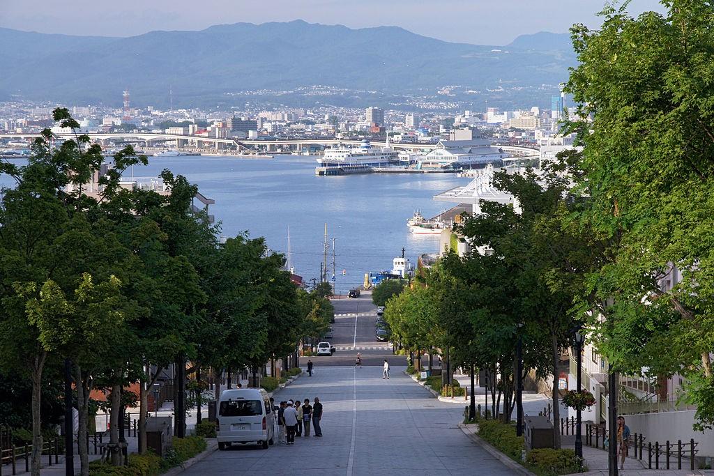 ถนน Hachimansaka ลาดจากเนินเขาลงสู่ท่าเรือเมือง Hakodate - ภาพ: wikipedia