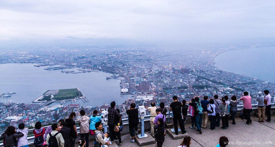 เที่ยวฮอกไกโด จุดชมวิวยอดเขา Hakodate ช่วงเย็นคนจะเริ่มเยอะถึงเยอะมากตอนค่ำๆ