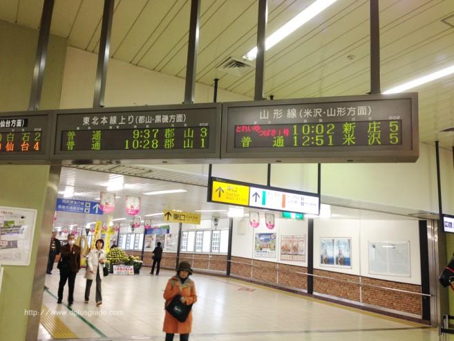 ป้ายบอกเวลา และชานชาลาของรถไฟขบวน Torei-yu Tsubasa