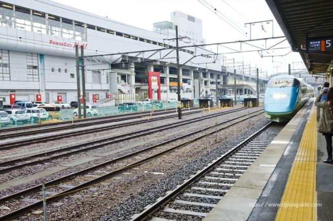รถไฟ Torei-yu Tsubasa ค่อยๆ แล่นมาเทียบชานชาลาของสถานี Fukushima