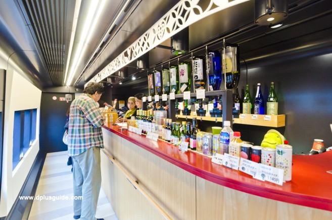 เคาน์เตอร์ขายเครื่องดื่ม ขนม และขายตั๋วสำหรับสปาแช่เท้าบนรถไฟด้วย