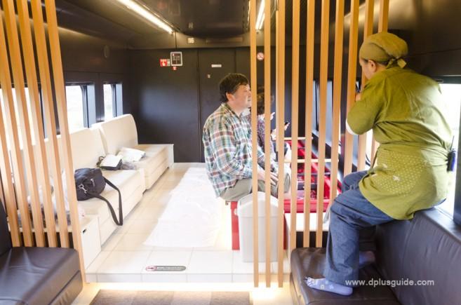 นั่งแช่เท้าในรถไฟออนเซน สุดแสนจะผ่อนคลาย