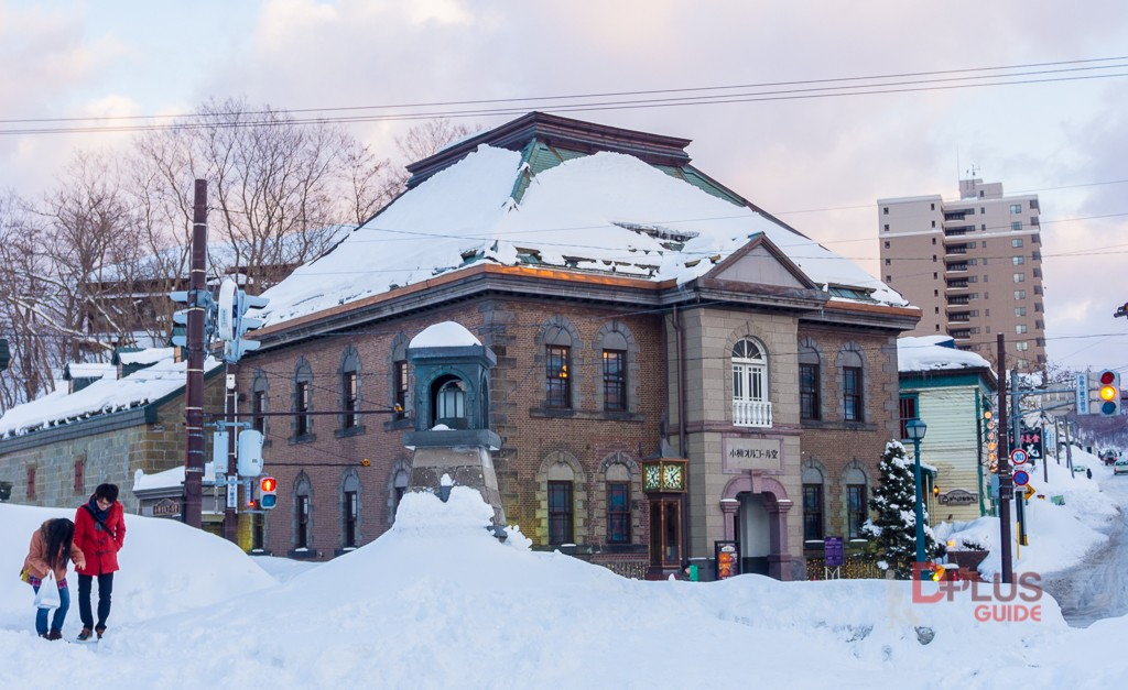 ตามรอยสถานที่ถ่ายทำภาพยนตร์แฟนเดย์ ที่ข้างประตูทางเข้าด้านหน้าพิพิธภัณฑ์กล่องดนตรี (Otaru Orgel Museum) จะเห็นนาฬิกาไอน้ำตั้งอยู่