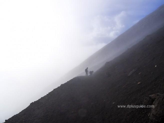 เที่ยวญี่ปุ่น ทางลงภูเขาไฟฟูจิ เส้นทางลาดชัน