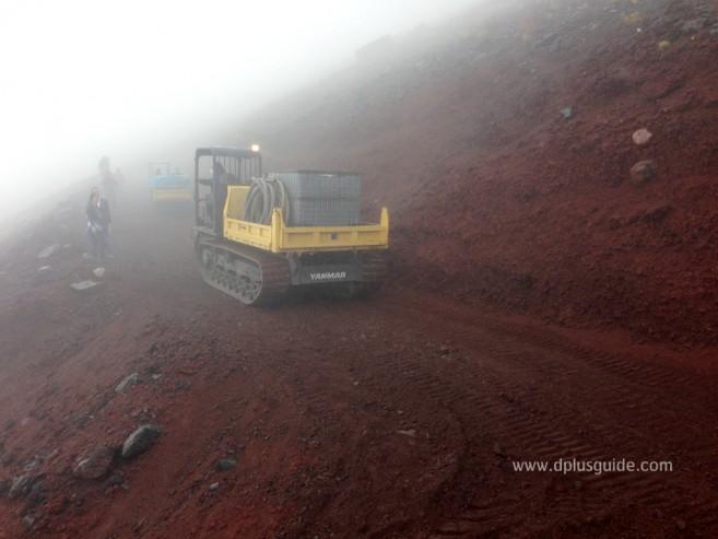 บนภูเขาไฟฟูจิ ระหว่างทางจะมีรถบดถนนเพื่อให้พื้นที่เดินมีความแน่น สามารถเดินได้ง่ายขึ้น